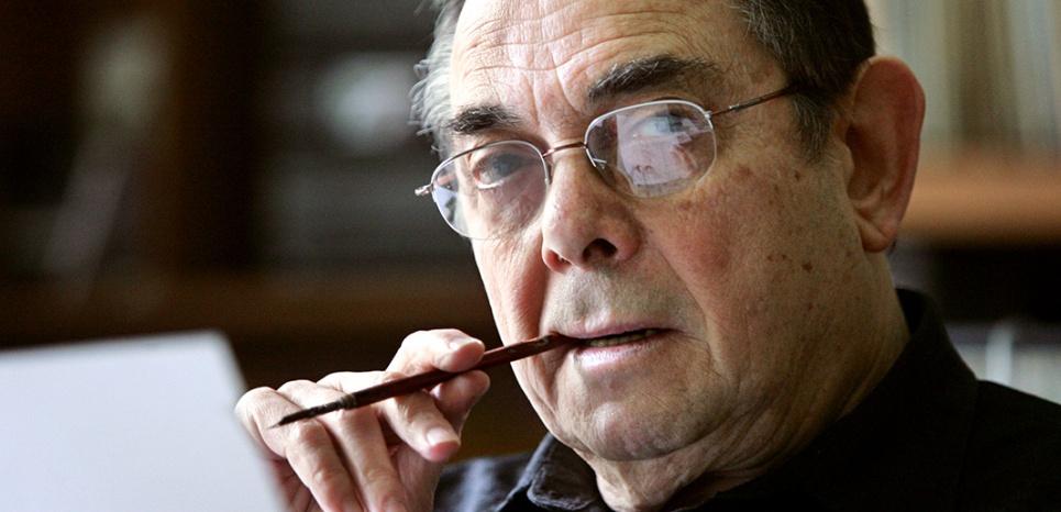 """le dessinateur Gotlib pose pour le photographe dans son bureau, le 04 mai 2005 à son domicile au Vésinet, près de Paris. Né en 1934, Gotlib a lancé le journal """"L'Echo des Savanes"""" en 1972 puis """"Fluide Glacial"""" en 1975, avec son copain Jacques Diament. Il a inventé le personnage de """"Superdupont"""" / AFP PHOTO / FRANCOIS GUILLOT"""
